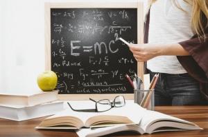 apple-blackboard-books-714698.jpg
